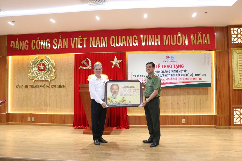 Thiếu tướng Lê Hồng Nam trao quà chúc mừng Phó Chủ tịch UBND TP.HCM Ngô Minh Châu.