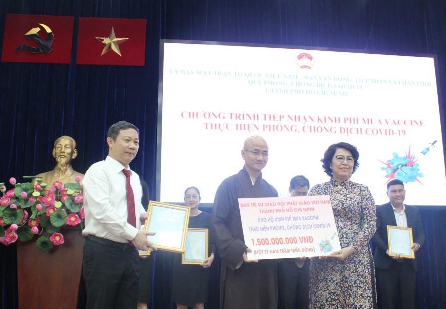 Xuyên suốt từ năm 2019 đến nay, Giáo hội Phật giáo Việt Nam TPHCM đều quyết liệt chỉ đạo cộng đồng Phật tử tổ chức các chương trình từ thiện nhằm làm hậu thuẫn cho công tác phòng, chống dịch. Các ATM gạo đặt tại các chùa, các suất cơm từ thiện, phần quà miễn phí đưa đến người dân có hoàn cảnh khó khăn với tất cả sự sẻ chia. Giáo hội Phật giáo Việt Nam TPHCM cũng chủ động vận động ủng hộ kinh phí mua vắc-xin qua 2 đợt là 1,5 tỷ đồng.
