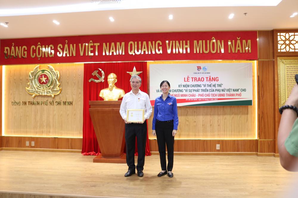 Bà Phan Thị Thanh Phương - Thành ủy viên, Bí thư Thành Đoàn TP.HCM - trao Kỷ niệm chương Vì thế hệ trẻ cho Phó Chủ tịch UBND TP.HCM Ngô Minh Châu.