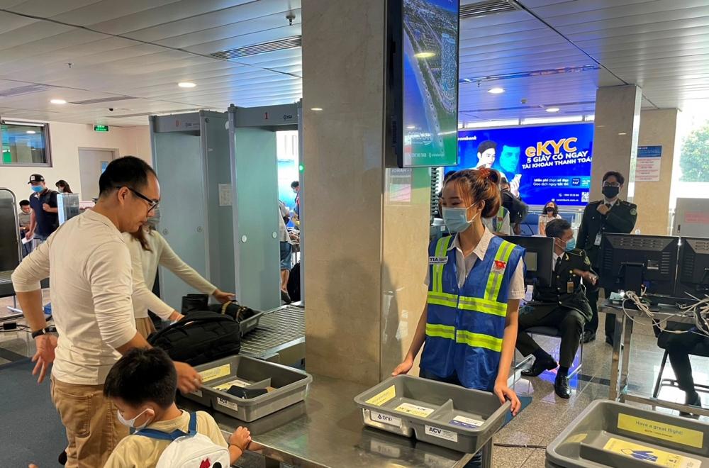 Cảng  hàng không Tân Sơn Nhất lắp thêm 5 máy  soi chiếu  an ninh phục  vụ dịp lễ 30/4 và  hè  2021. Ảnh: ACV