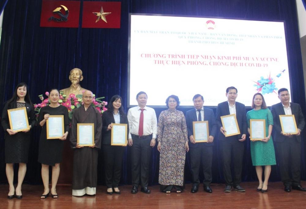 Rất nhiều tổ chức, doanh nghiệp, cá nhân đã chủ động ủng hộ kinh phí mua vắc-xin trước khi có lời kêu gọi chính thức từ Ủy ban MTTQ Việt Nam TPHCM.