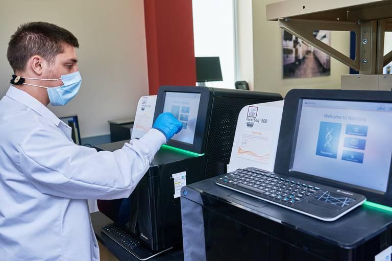 Các nhà nghiên cứu của Texas A&M đã xác định được một chủng COVID-19 mới trong mẫu nước bọt của một sinh viên vào đầu tháng Ba - Ảnh: AP