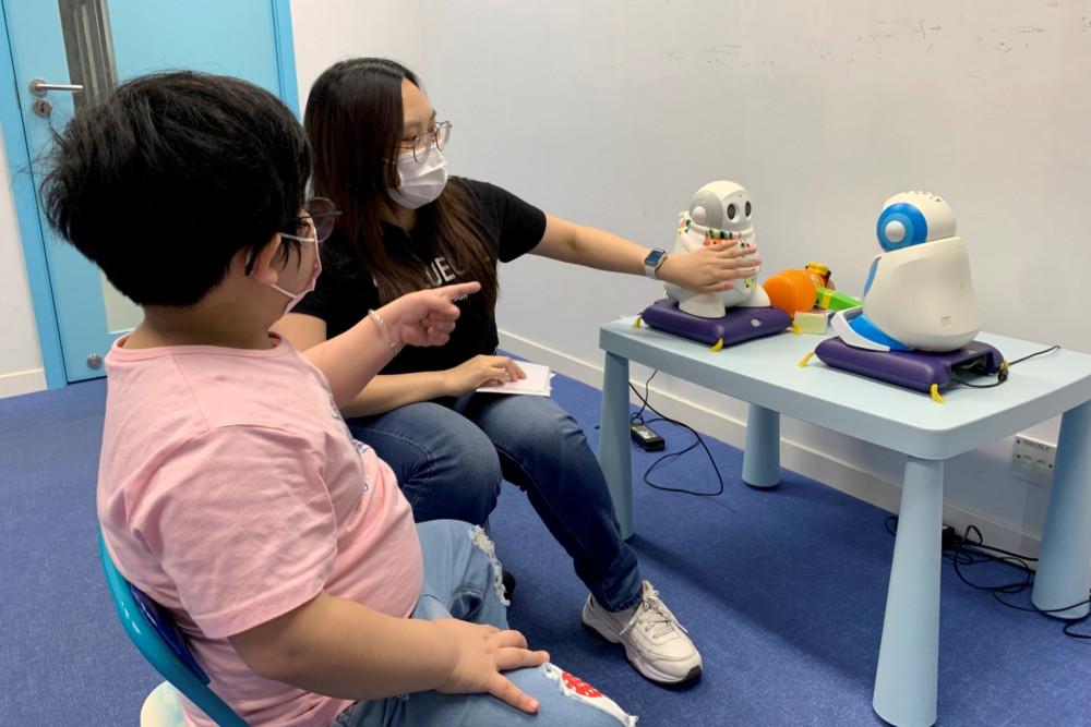 """Các robot """"xã hội"""" tương tác với trẻ tự kỷ bằng cách đóng vai"""