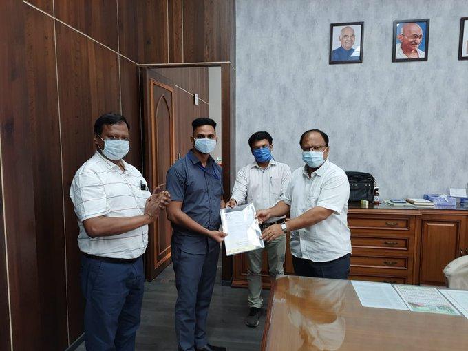 Shelke (áo xanh) được Bộ Đường sắt và Công ty khen thưởng nhờ hành động quả cảm của mình
