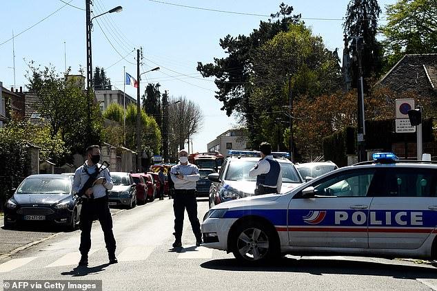 Nạn nhân là một nữ sĩ quan 49 tuổi có hai con, vừa quay về trụ sở sau giờ nghỉ trưa