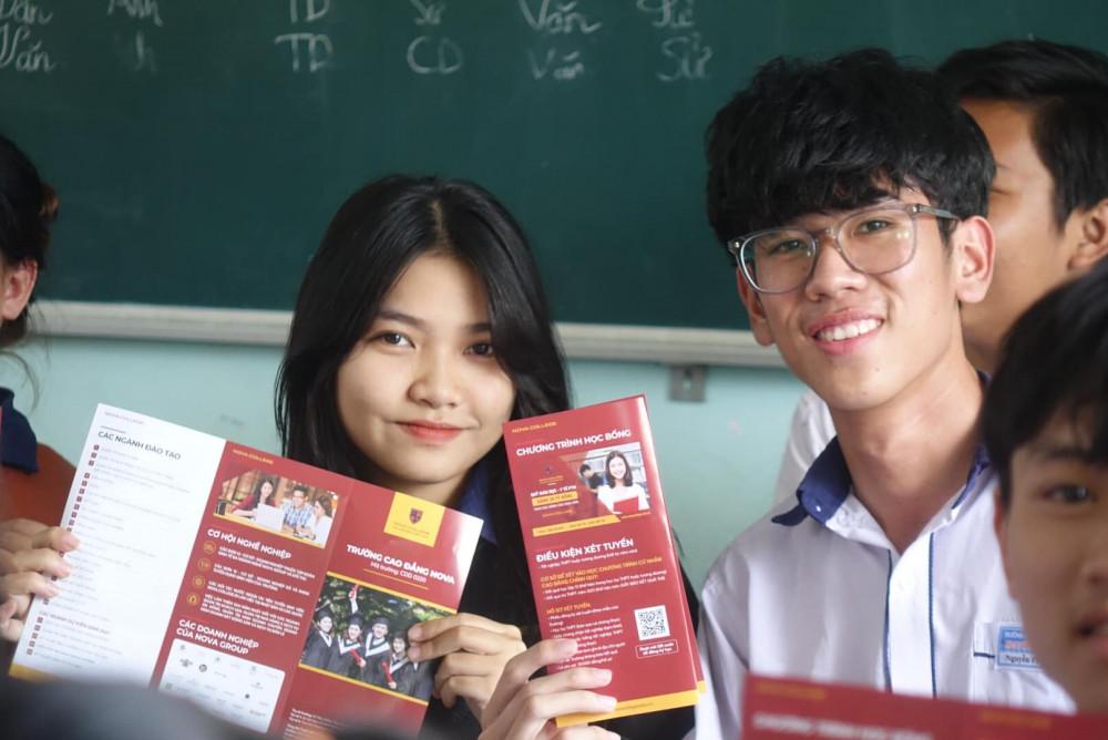 Các học sinh Trường THPT Nguyễn Trường Tộ (tỉnh Bình Thuận) hào hứng với cơ hội thực tập và làm việc tại NovaGroup. Ảnh: Nova College