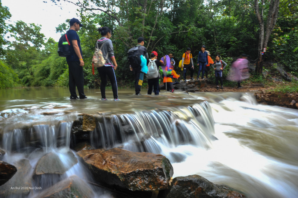 Núi Dinh (Bà Rịa - Vũng Tàu) cao 500m, thuộc các xã Tân Hải, Tân Hòa, Châu Pha, phường Phước Hòa (TX. Phú Mỹ) và một phần phường Long Hương (TP. Bà Rịa), từ lâu là địa điểm chạy bộ yêu thích của người dân địa phương.