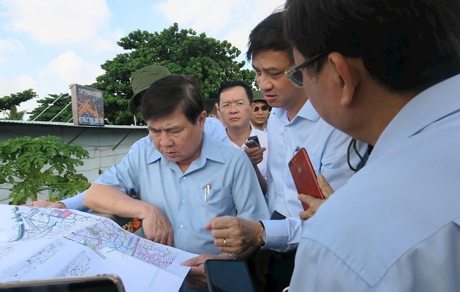 Chủ tịch UBND TPHCM Nguyễn Thành Phong chỉ đạo khẩn trương triển khai dự án rạch Xuyên Tâm. Ảnh: Minh Hiệp