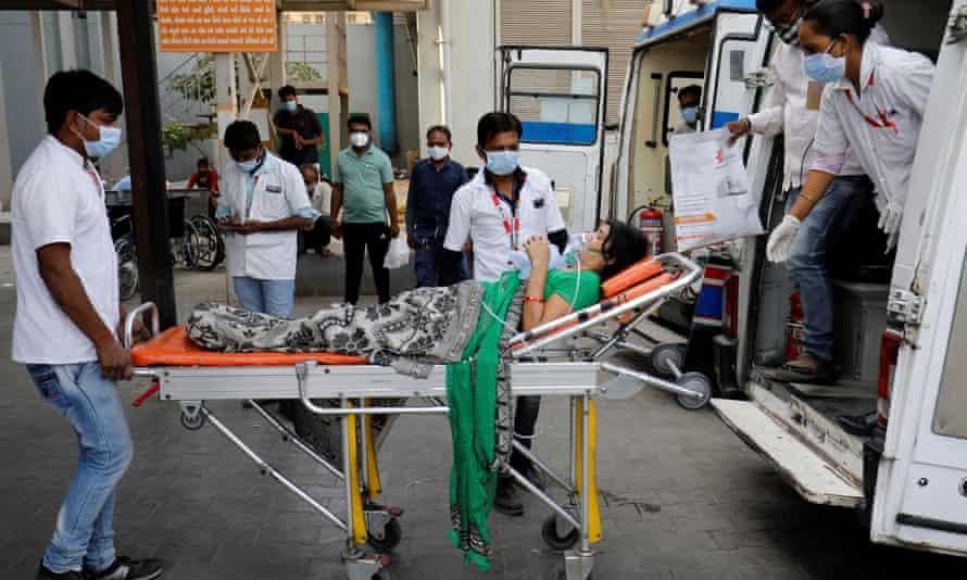 Một bệnh nhân COVID-19 đeo mặt nạ dưỡng khí được đưa vào bệnh viện để điều trị ở Ahmedabad