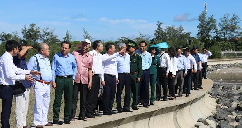 Bí thư Thành ủy TPHCM Nguyễn Văn Nên và đoàn công tác của TP khảo sát tại xã đảo Thạnh An. Ảnh: Minh Khuê