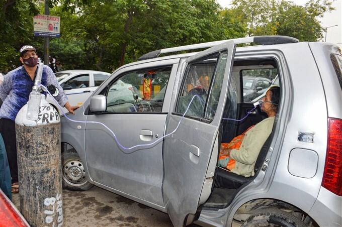 Bệnh nhân COVID-19 được thở oxy tại chỗ ở thành phố Ghaziabad, bang Uttar Pradesh