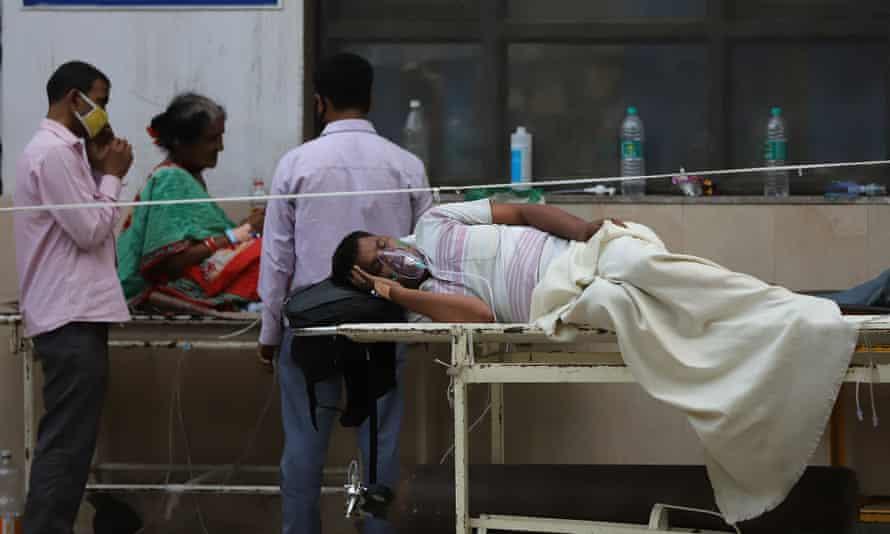 Bệnh nhân COVID-19 ở Delhi chờ giường bên ngoài bệnh viện GTB