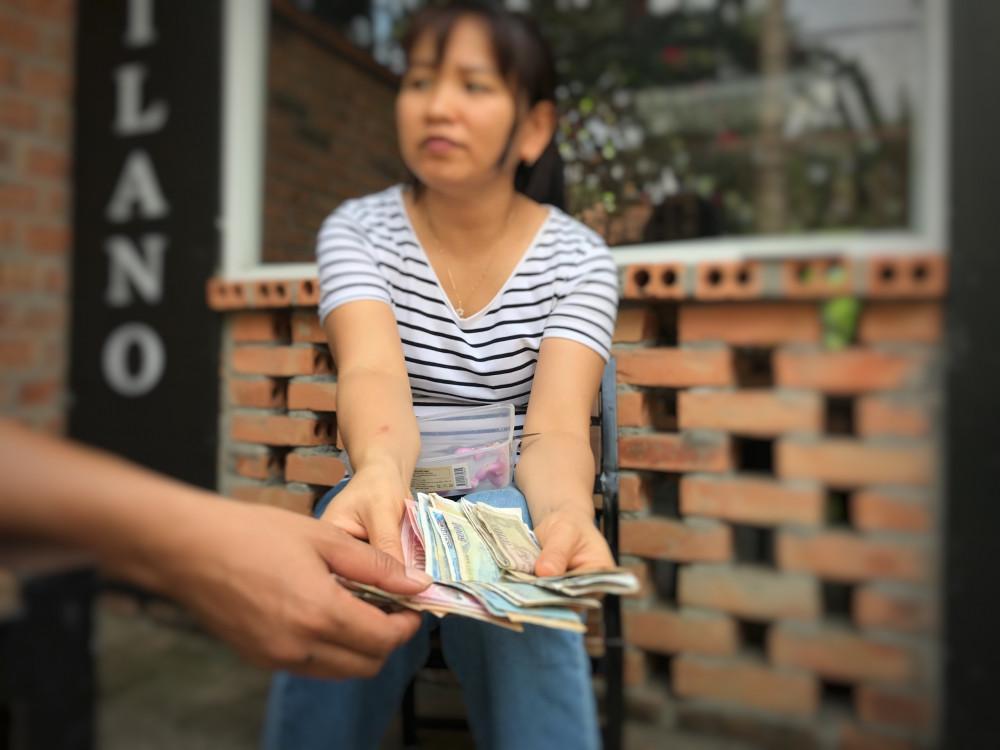 Chồng tính toán chi li từng khoản tiền để đưa cho vợ