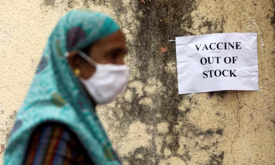 Bảng thông báo về sự thiếu hụt nguồn cung vắc-xin COVID-19 tại một trung tâm tiêm chủng ở Mumbai