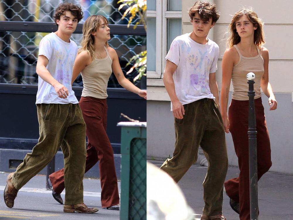 Jack trong một lần bị cánh săn ảnh chụp lại trên đường phố. Chàng trai dạo bước cùng bạn gái - người mẫu Camille Jansen.
