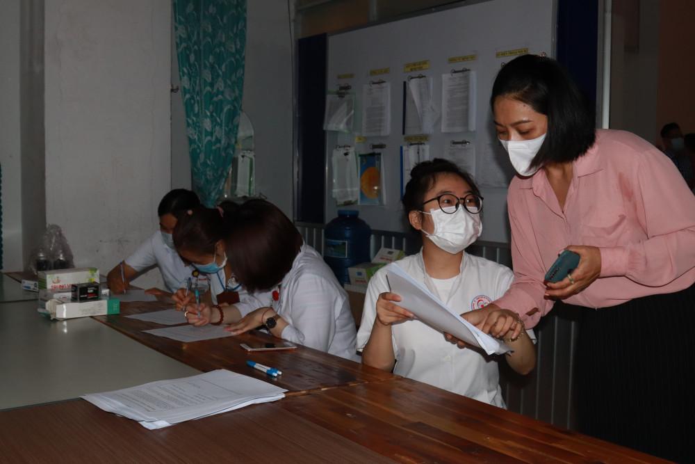 Cán bộ y tế được tư vấn trước khi tiêm vắc xin