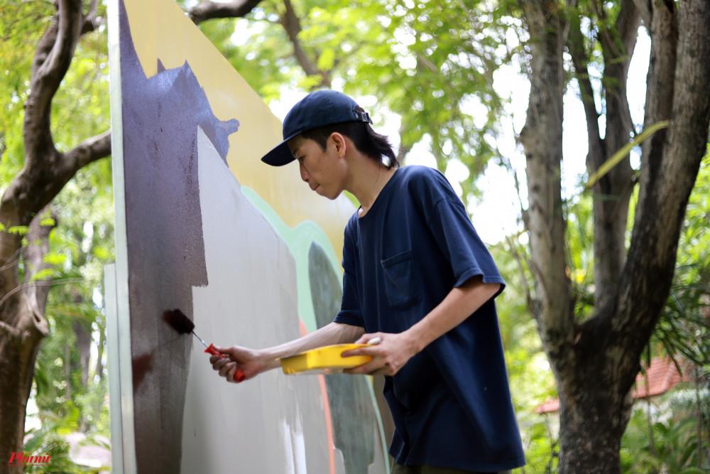 Đinh Nhật Khang (VuiQá) hiện đang thực hành nghệ thuật thị giác và là hoạ sĩ minh hoạ độc lập tại TPHCM. VuiQá bắt đầu đam mê graffiti vào năm 2017. Các sáng tác của anh xoay quanh những cảm nhận về thế giới riêng, môi trường, đời sống văn hoá và tinh thần phương Đông...