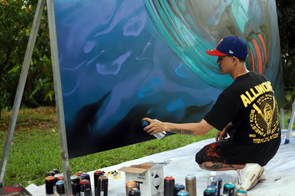 Daos bắt đầu sự nghiệp vào năm 2005 sau thời gian thể hiện các tác phẩm trên giấy bằng than, phấn, anh bắt đầu dùng sơn xịt với phong cách hoang dã, màu sắc cổ điển. Daos chịu ảnh hưởng bởi chuyện tranh và văn hoá đường phố New York.