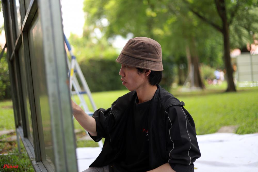 Lưu Đoàn Duy Linh (Daes) biết đến graffiti vào năm 2013 và nhanh chóng trở thành bộ môn được anh chàng quan tâm. Daes học ngành Công nghệ sinh học nhưng về sau vì đam mê, anh chuyển sang ngành Thiết kế đồ hoạ.