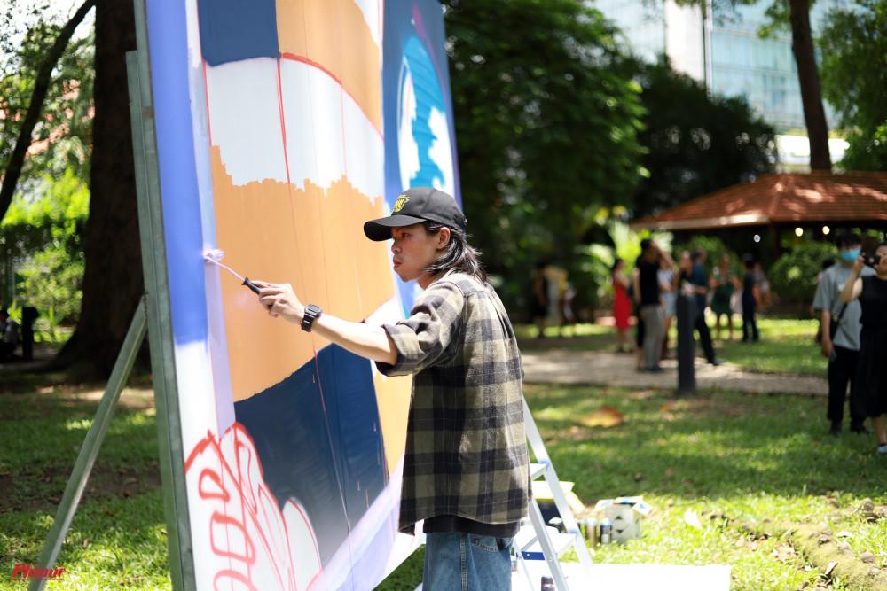 Thí sinh Lê Nhật Huy (nghệ danh Kleur) từng tốt nghiệp ngành thiết kế đồ hoạ, hiện đang làm việc như một nghệ sĩ độc lập. Nguồn cảm hứng chủ yếu trong tranh của Kleur là Sài Gòn, những chuyển động nhộn nhịp, năng lượng lẫn sự hỗn độn của thành phố.