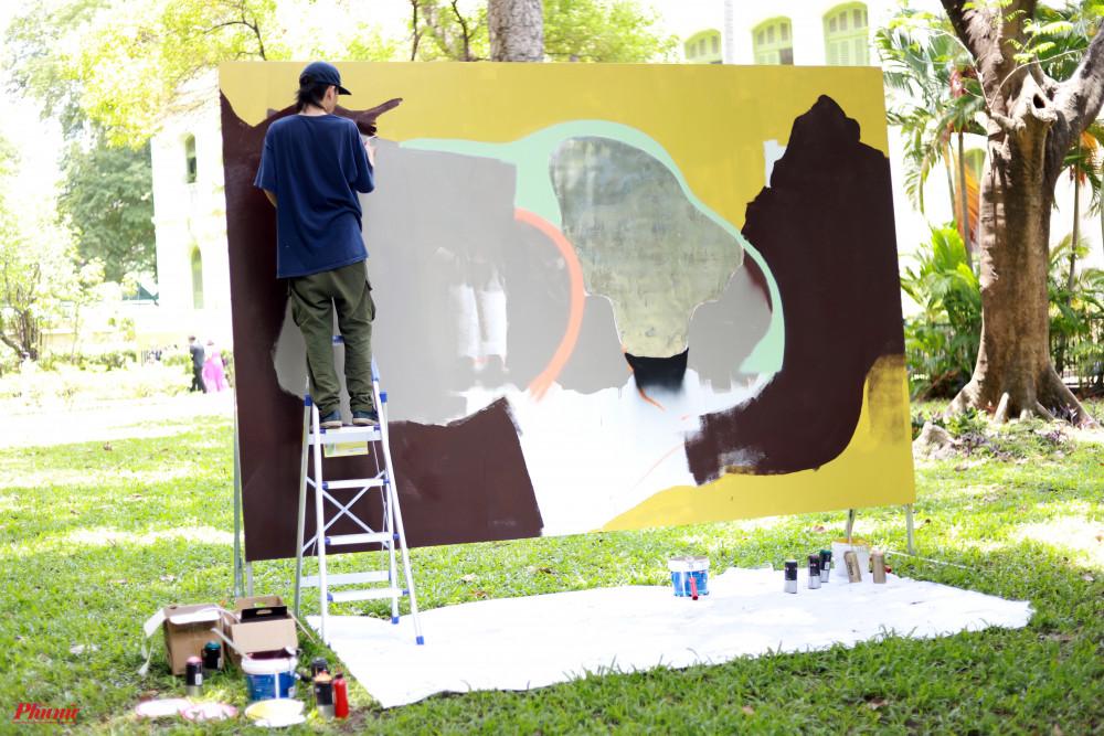 6 thí sinh và 2 nghệ sĩ khách mời hiện đã vẽ được một phần bức tranh và sẽ tiếp tục hoàn thiện trong ngày mai 25/4. Sau đó, các bức tranh sẽ được trưng bày ở bức tường dọc Dinh thự Pháp một thời gian trước được khi đưa đi trưng bày tại các tỉnh thành khác.