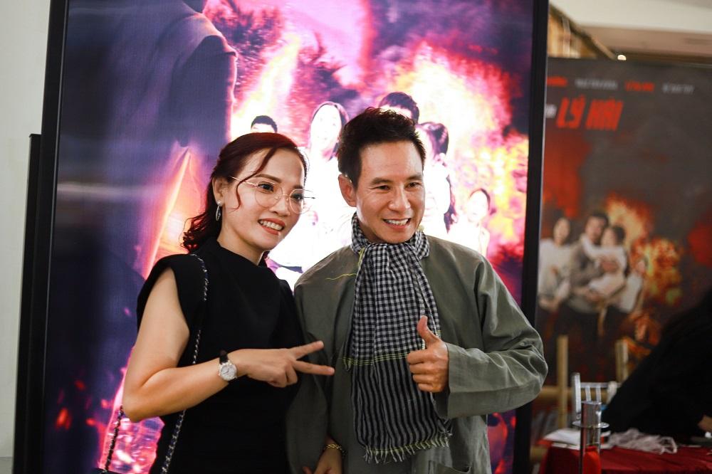 Đạo diễn Lý Hải và chị Lý Thanh Phong - đại diện đơn vị THADAN 3DX GLOBAL - đơn vị sản xuất poster 3D cho buổi ra mắt Lật mặt: 48H. Ảnh: THADAN 3DX GLOBAL