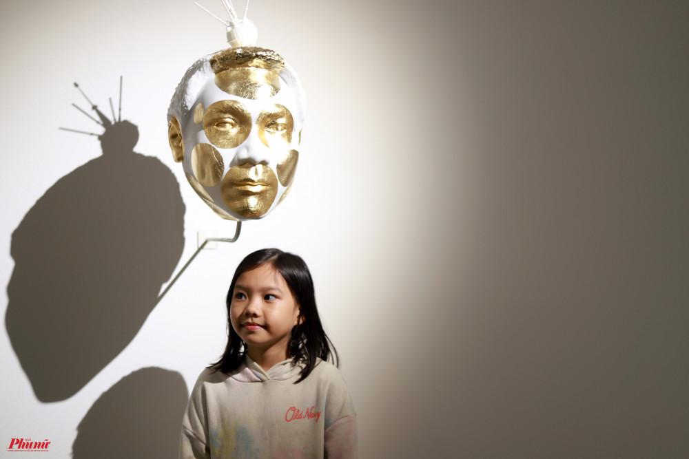 Tác phẩm Mất mác được phủ thép lá vàng trên chất liệu nhựa. Đây là chân dung của rapper Wowy.