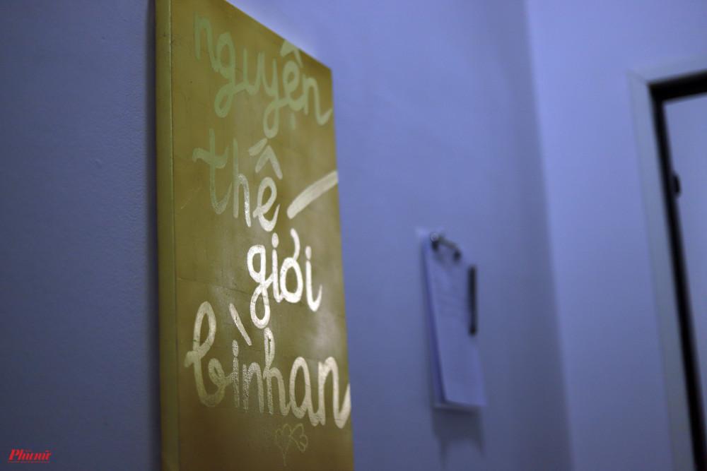 Bức Nguyện thế giới bình an cũng được mang ra đấu giá. Đây là bút tích trên vàng của nam rapper.