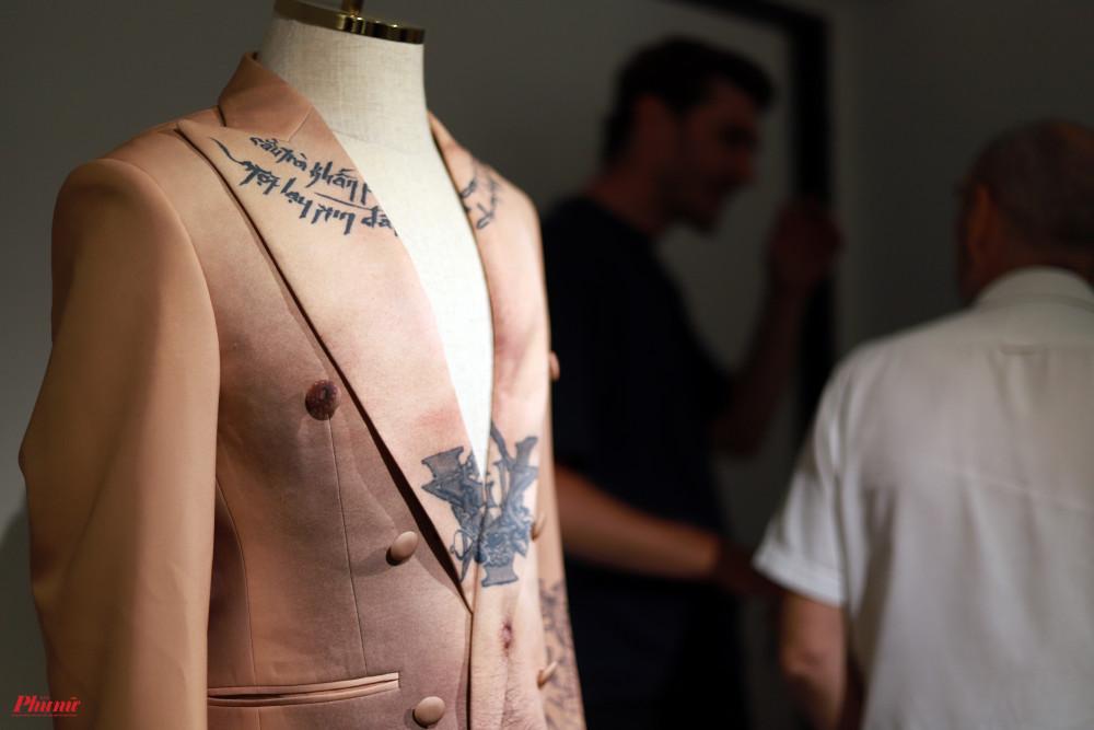 Bộ trang phục được Wowy mặc trong phim ngắn Tận cùng giấc mơ cùng tận cũng được trưng bày. Tác phẩm như sự mô phỏng cơ thể của Wowy với những hình xăm đặc biệt trên cơ thể.