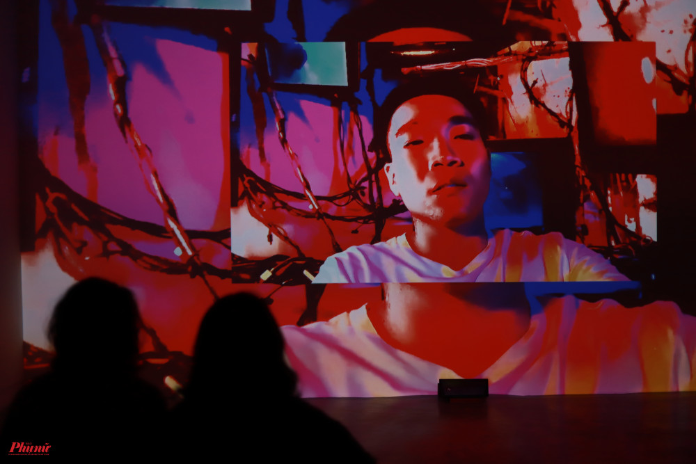 Đặc biệt trong triển lãm có chiếu phim ngắn với sự xuất hiện của Wowy và người mẫu Huỳnh Tiên. Cả hai có màn đối thoại đặt trong tình huống thế giới chỉ còn Wowy và Huỳnh Tiên không rõ cô là người bình thường, người máy hay thần thánh