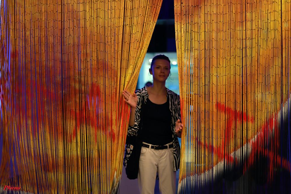 Tác phẩm Màn mơ được thực hiện bởi sơn enamel trên màn sáo trúc, dây kẽm.