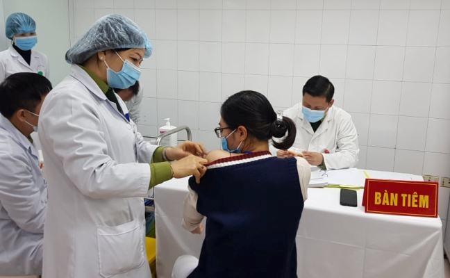 Tiêm thử nghiệm vắc-xin Nanocovax tại Học viện Quân y