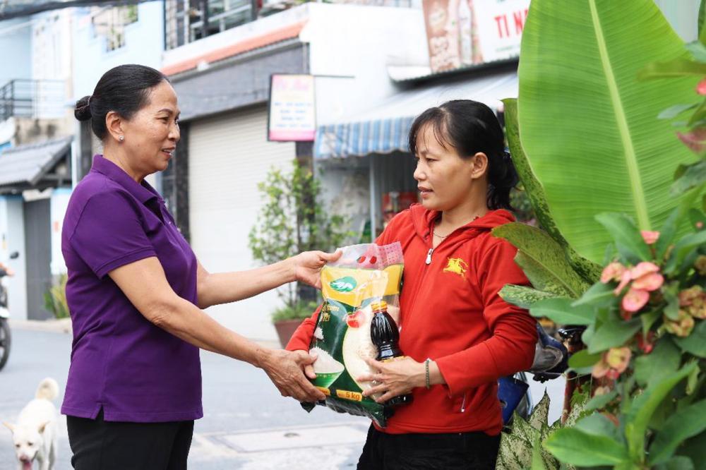 Bà Lý Thị Mai (trái) dành nhiều sự quan tâm, hỗ trợ gia đình chị Hoa và người thuê trọ  có hoàn cảnh đặc biệt khó khăn