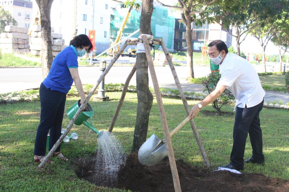 Các đại biểu tham gia trồng cây xanh mới tại khu vực công viên ven sông Sài Gòn.