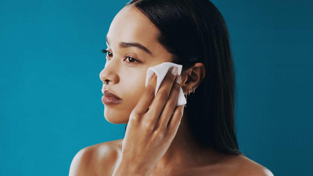 Duy trì thói quen tẩy trang hàng ngày nhằm tối ưu việc làm sạch da, ngăn ngừa mụn - Ảnh: L'Oreal Paris