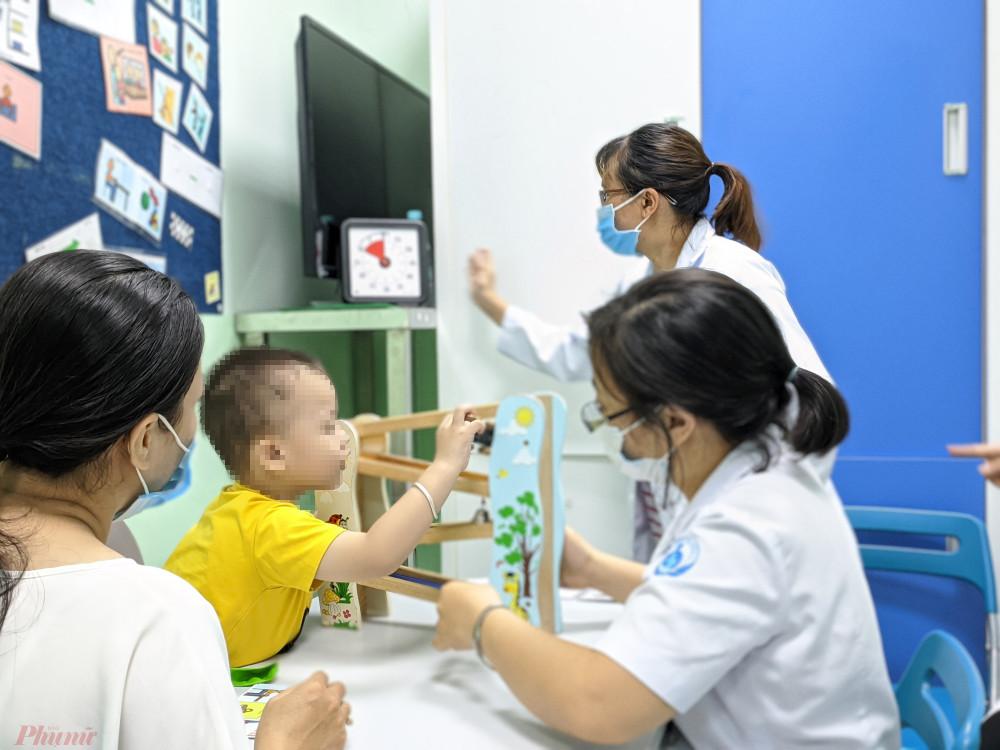 Bé M.K. đang được can thiệp bằng âm ngữ trị liệu tại Bệnh viện Nhi Đồng 1 (TPHCM)