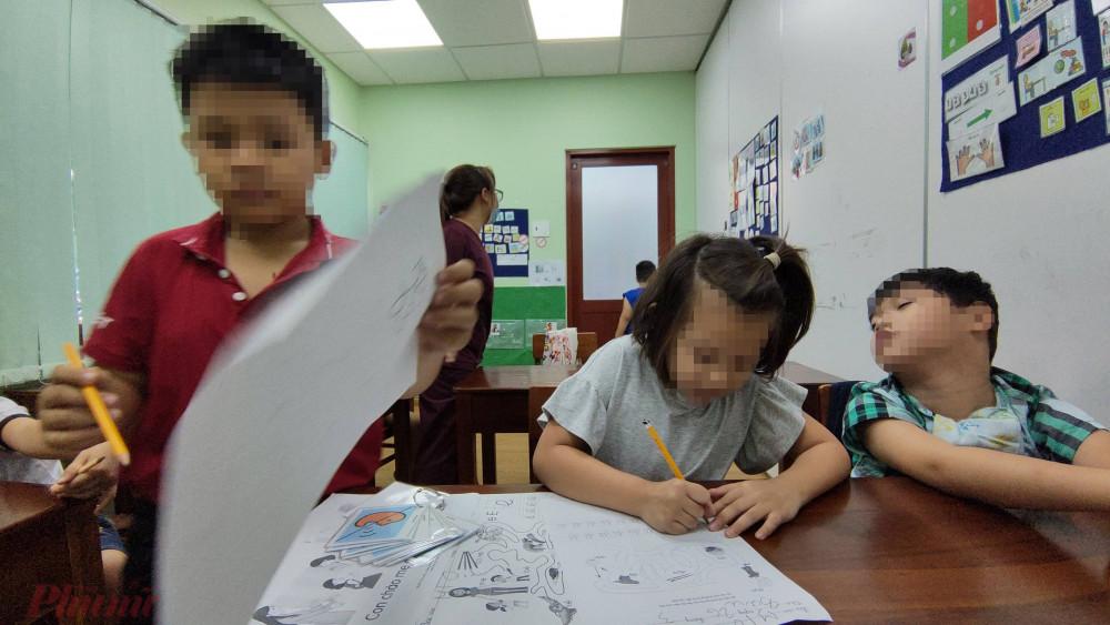 Cô bé Mio (8 tuổi) bị tự kỷ sau thời gian được can thiệp âm ngữ trị liệu đã viết được tên, làm đươc bài tập nối hình.
