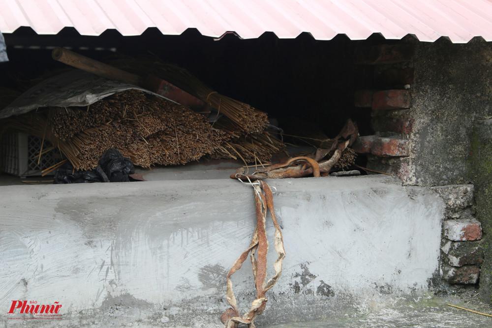 Bà cất giữ lạt và một số dụng cụ trên phần mái của ngôi nhà.