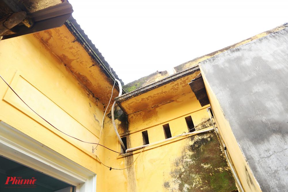 Phía trên mái nhà có một khoảng sân nhỏ, nối với sân gạch đỏ bằng một lối đi hẹp.