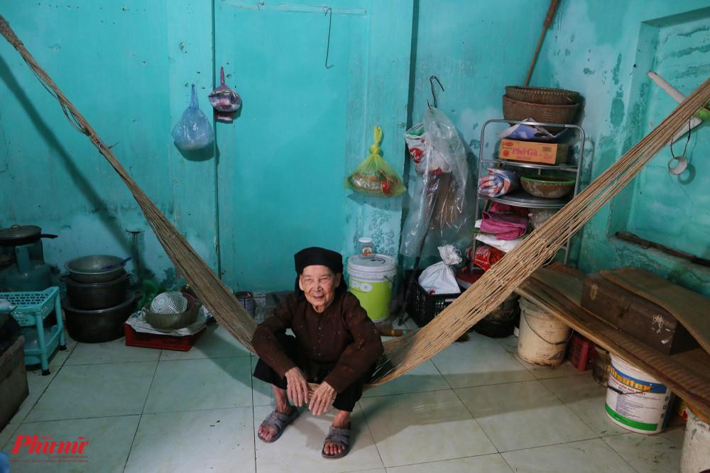 Một phần không gian sinh hoạt bên trong ngôi nhà của nghệ nhân Trần Thị Phụng.