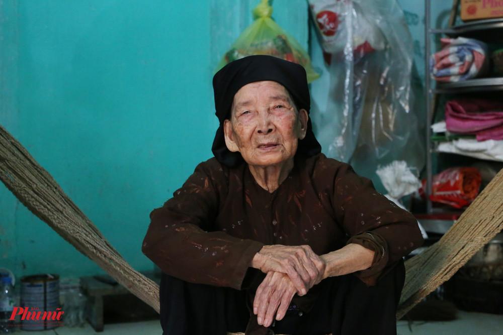 Bà vừa được mừng thọ tuổi 98 cách đây không lâu. Nghệ nhân Trần Thị Phụng hiện sống một mình tại căn nhà này. Chồng bà qua đời hơn 40 năm qua.