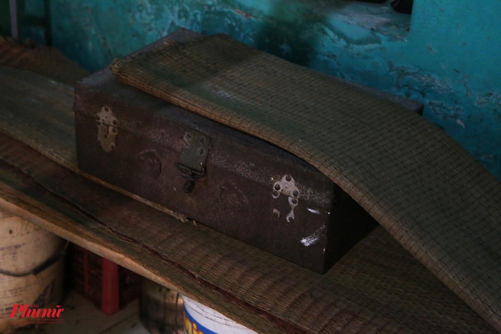 Chiếc rương sắt cũ kỹ bà Phụng được bà nội của bà tặng khi còn nhỏ vẫn còn được lưu giữ. Năm nay bà 98 tuổi, đồng nghĩa chiếc rương này có thể đã hơn trăm tuổi vì theo lời bà đã có từ rất lâu.
