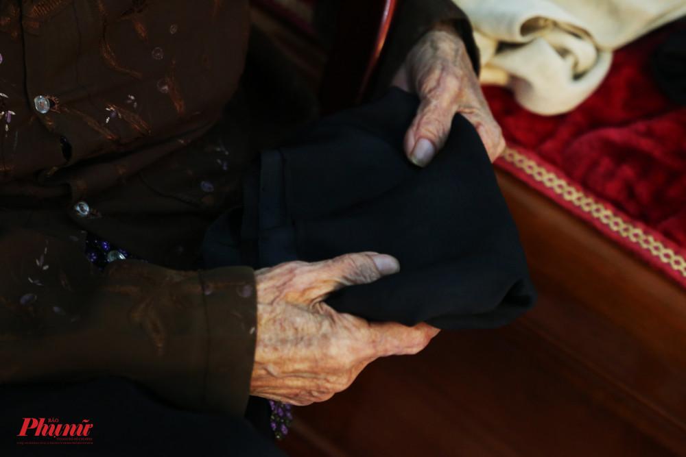 Chiếc thắt lưng màu đen này được bà mua từ năm 1938, khi bắt đầu đi hát quan họ.