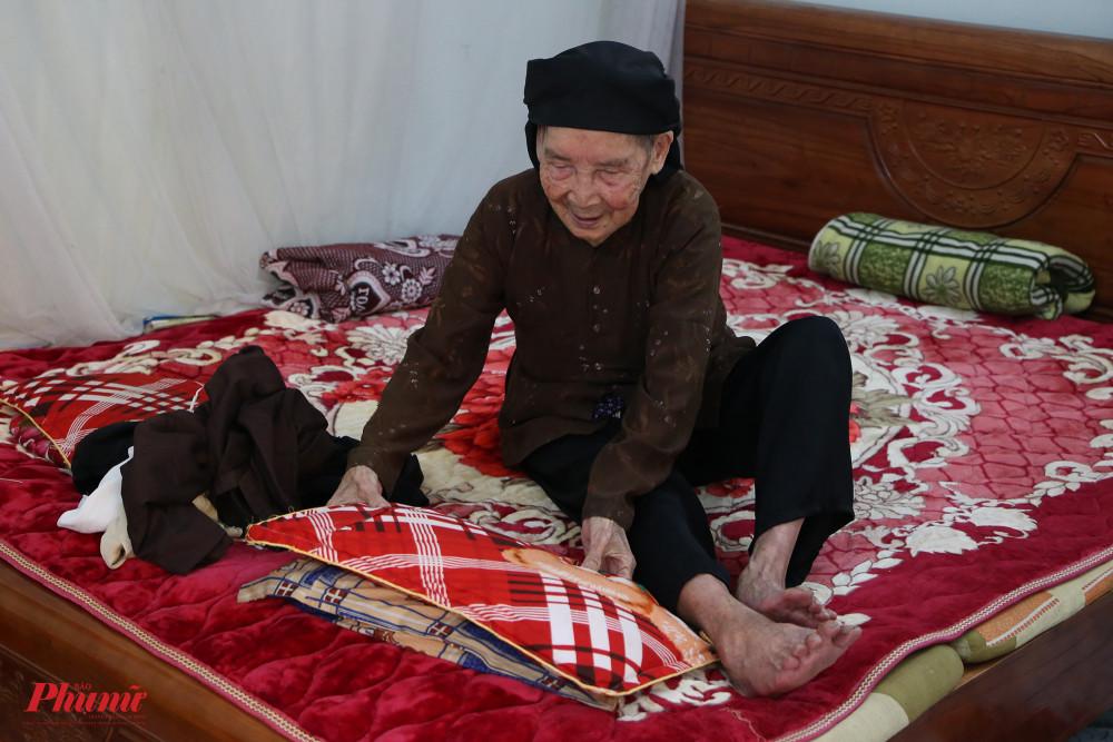 Không gian nghỉ ngơi của nghệ nhân Trần Thị Phụng trong căn nhà  nhỏ. Bà vui vẻ cho biết có thể dùng tivi, biết bật điều hoà.