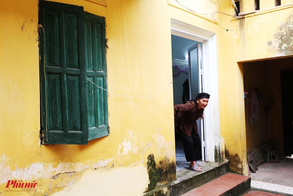 Ngôi nhà được trang trí với hai tông màu xanh, vàng bên ngoài làm chủ đạo. Tường, cửa sổ hầu như dã rất cũ kỹ.
