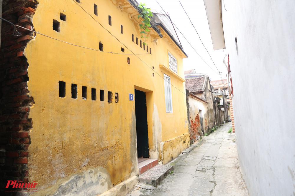 Bước qua cổng làng Diềm, hỏi nhà cụ Phụng hầu như ai cũng biết. Căn nhà có màu vàng rực, nằm đầu một ngách nhỏ trong làng. Từ bên ngoài có thể thấy được dấu vết của thời gian hằn lên ngôi nhà này.