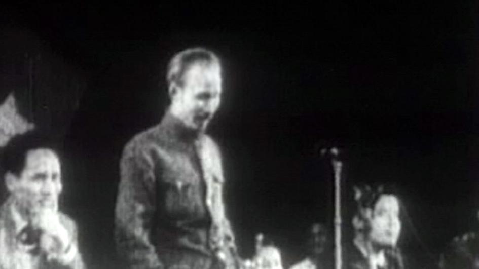 Những thước phim quý hiếm về  chuyến đi Pháp gặp gỡ kiều bào của  Bác Hồ và  cố thủ tướng  Phạm Văn Đồng  năm 1946 có  trong tập 6  những người xa xứ