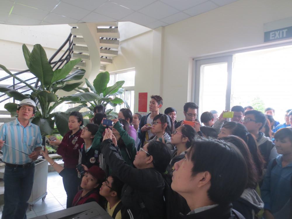 Sinh viên ngành Môi trường đang học tập thực tế tại trạm bơm Kênh Nhiêu Lộc- Thị Nghè