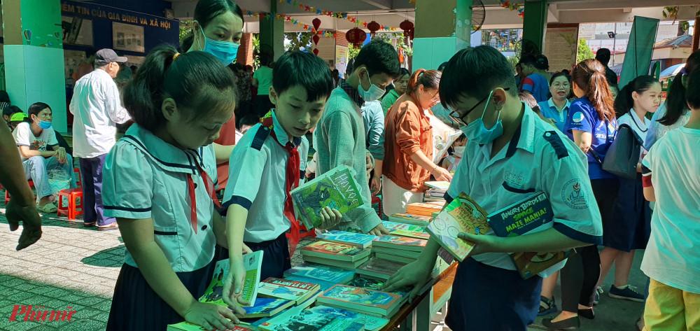 Khu vục đọc sách và tặng quà cho trẻ em