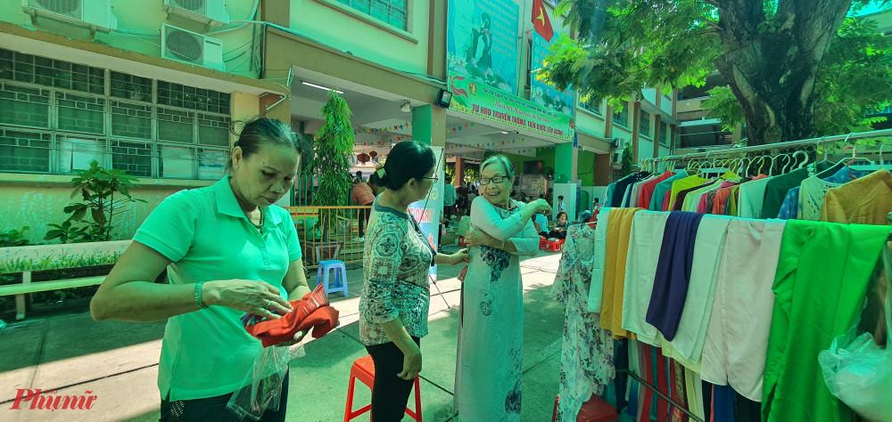 Khu vực tặng áo dài miễn phí, nhiều chị em đã đến lựa chọn cho mình những bộ áo dài ưng ý